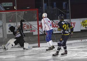 Michael Pettersson lyfter in 2-1.