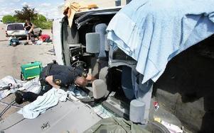 En polisman har fått beslut om att göra en husrannsakan i den olycksdrabbade bilen. Bland annat sökte man efter om det  fanns några flaskor med alkoholhaltiga drycker.FOTO: MIKAEL ERIKSSON