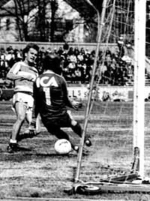 Odd Lindberg i kamp med Stig Fredriksson i en match mot Västerås SK 1978.
