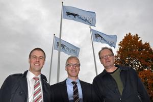 Magnus Johansson, vd för Coops inköpsorganisation Sikab, Staffan Eklöv, vd för Grådö mejeri, och Per-Olov Forsberg, som har jobbat på Grådö mejeri sedan 1970, hissade varsin flagga med Grådö mejeris nya logotyp.