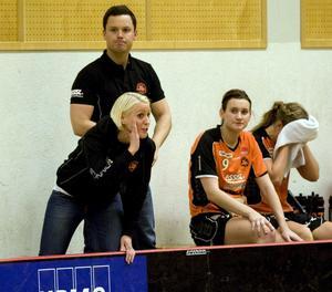 Dåligt med matcher. Rönnbys tränare Magnus Forslund är inte nöjd med det långa matchuppehållet som väntar. På bilden syns även Sanna Tuominen, Malin Wikström och Alice Tonneman. Foto: Arkiv