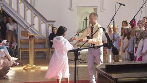 Stefan Horn tog av sig sin kavaj, sparka av sig båda skorna, låtsades spotta ut snus och bad sedan Rim Feshaye Tesfamikael om en dans. Tvåorna och treorna sjöng samtidigt En kväll i juni.