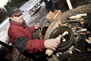 Slöjdläraren Janne Linberg steker krabbelurer, en blandning mellan mellan sockerkaka och plättar.