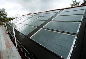 Solenergi och energi från vind, vatten och berggrund är exempel på förnyelsebar energi.