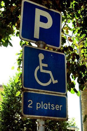 Tillstånd krävs. P-förbud – om du inte har tillstånd. Det kostar tusen kronor att missbruka en handikapplats.