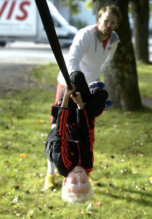 Viktor Lundbäck, åtta år, och instruktören Mattias Aamisepp.
