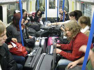Interiör från en engelsk tunnelbanevagn. Här ses en del av medieprogrammets elever.
