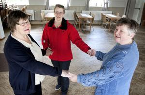 Kristina Bjerndal, Karin Kristoffersson och Yvonne Johansson provdansar golvet lite i gamla logen, numera hembygdsföreningens bystuga.
