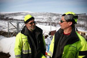 Det har mest varit oväder och snöskottning för Arne Lindman från Harrsjöhöjden här till vänster, men den här dagen kan både han och kollegan konstatera att solglasögon krävs.