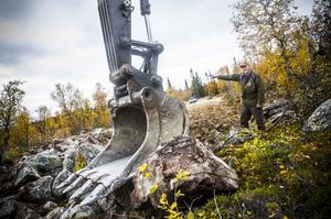 Sakta med 20-30 meter per dag tar sig skogsmaskinen fram och anlägger den första skogsbilvägen i det fjällnära området i Lofsdalen.