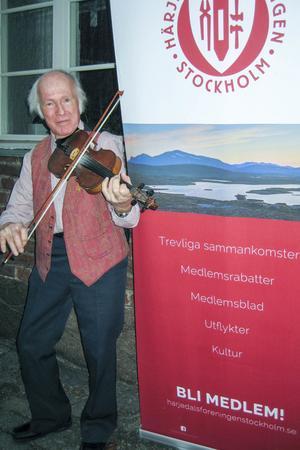 Kaj Nenning välkomnade mötesdeltagarna med fiol.