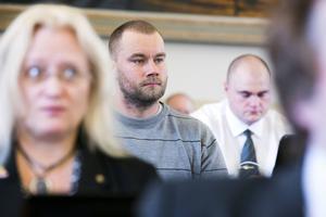 Pär Sjögren är ersättare, på ett SD-mandat i Borlänges kommunfullmäktige. Han är ledare för nazistiska Svenska motståndsrörelsen i Dalarna och är nu åtalad för knivbrott.