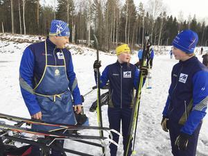 Lars Hodin från Årsunda IF resonerar om glid och fäste med dottern Hanna och sonen Adam.