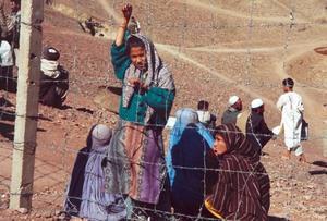 Hopp och förtvivlan. Civilbefolkningen i Afghanistan vill gärna tro på ett liv i fred. De flesta flyktingar, som här i ett pakistanskt läger, har återvänt. Men livet blev inte som de hade hoppats.             Många lever i misär i Kabul.   Foto: Åke Johansson