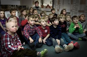 Årets adventskalender är en riktig höjdare, tycker barnen på Nyhamre skola, som tjuvtittade redan i måndags.