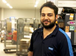 Cemil Basak jobbar sin första sommar på Postnord i Hudiksvall.