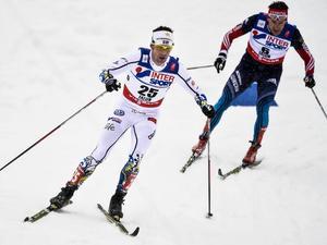 Anders Södergren och Maxim Vylegzhanin i herrarnas femmil i VM i Falun. FIS vill skydda den klassiska stilen genom att införa förbud mot för många spårbyten.