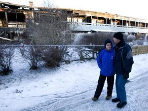 INGET KVAR. Sune Eriksson och Mona Nielsen betraktar resterna av det som var deras hem.