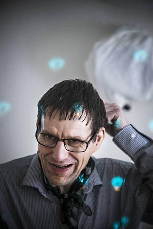 Björn Hallberg har tillverkat ljusstakar, fruktkorgar och klädhängare i ståltråd.