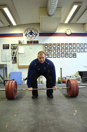 Som mest har Jesper Claesson lyft 300 kilo i marklyft och tagit brons på SM i styrkelyft. På helgens SM i Falun är hans ingångsvikt 250 kilo.