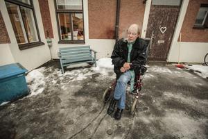 Lasse Östlund, Östersund, tar en rök i duggregnet utanför Värmestugan.