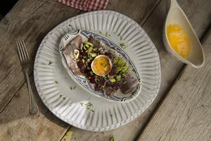 Tre sorters lök, brynt smör, kapris, rödbetor och äggula alltsammans förgyller matjessillen.   Foto: Jonas Ekströmer/TT