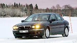 Foto: OLLE HILDINGSON Folkjaggan. X-type må vara närbesläktad med Ford Mondeo men det märks i varje fall inte när man ser bilen framifrån där den klassiska framåtlutade Jaguargrillen drar blickarna till sig.