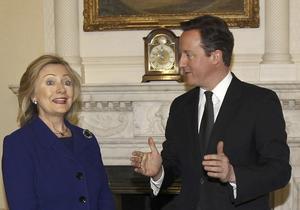 Viktiga val. 2016 väljer USA president och Storbritannien folkomröstar om EU-utträde. Bilden visar Hillary Clinton, i dag favorit att bli president, och premiärminister David Cameron.  Foto: AP/TT