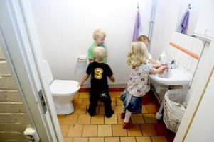 SAMLADE. I Stigslund tvättar eleverna händerna innan lunch. De använder även pappershanddukar i stället för vanliga handdukar.