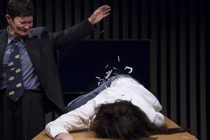 Arabella Lyons Pierpont Mauler sörjer Johanna Dark, spelad av Alexandra Zetterberg Ehn.