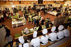 Årets Kock lockade många besökare och lokala matstånd till Ådalshallen.