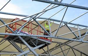 Tidsödande. Arbetet med att få tak och väggar på plats tar tid. Nils Björkengren räknar med att det ska vara klart innan månadsskiftet.  BILD: ULRIKA STOETZER