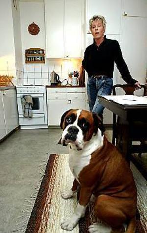 Foto: ANNAKARIN BJÖRNSTRÖM Höj standarden. Jag trivs jättebra, men det finns ingen fläkt och badkaret är slitet, säger Yvonne Henriksson.    Alla hyresgästerna har skrivit på namnlistor för att få högre standard. Hunden heter Hector.