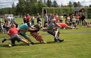 Dragkampen mellan byborna är en populär händelse under Loosveckan.