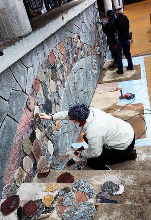 Samtidigt som Stortorget slutbesiktas pågår arbetet med utsmyckningen av väggen mot det hus där bland annat Hobbyboden finns. Det är Åsa och Stefan Jönssons företag från Ås som fått uppdraget.Foto: Håkan Luthman