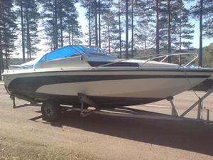 Stulen båt. På torsdagsmorgonen stoppade polisen en lastbil i trakten av Fåsås i Mora. På lastbilen fanns den här stulna båten.