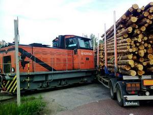 Ingen kom till skada när ett diesellok och en timmerbil krockade vid Korsnäsfabriken.