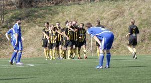 Petter Forslund kramas här om av glada lagkamrater efter sitt 1–0. Det såg länge ut att bli segermålet, men Rengsjö fick sista ordet.