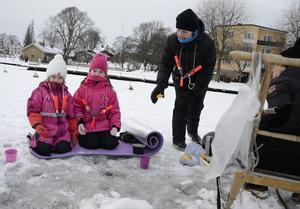 Ella Sjöholm och Lisa Knus gillar fiske. De assisteras av Katarina Knus.