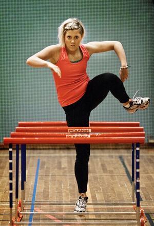 Mot högre höjder. Ellen Sääw tävlar för Falu IK, men hon är tillbaka i Hallsberg där Stocksäters IF lade grunden till hennes karriär. Numera tränas hon av pappa Dan Karlsson. Bild: Petter Koubek
