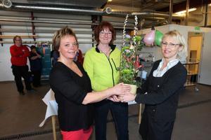 Gunilla Turdell och Gunilla Skog får blommor av verksamhetschefen Inga Lill Persson.