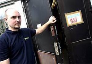 Foto: NICk BLACKMON Inbrott. Butikschef Marcus Sondell visar var tjuvarna tog sig in.