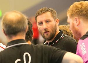 Erik Axelsson har gjort två sejourer som spelare i Lif Lindesberg. När klubben nu sparkat sin huvudtränare väljer han att lämna division 3-laget Borlänge för att ta över ansvaret i den allsvenskan klubben.