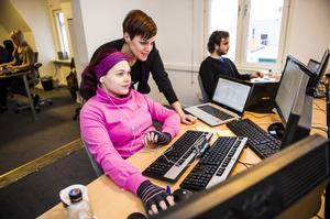 På sökoptimeringsföretaget Brath i Örnsköldsvik jobbar man sex timmar om dagen med full lön och det har väckt stor uppmärksamhet. Här senaste nyförvärvet Caroline Danielsson med vd Maria Westling och Karl Nyrén i bakgrunden.