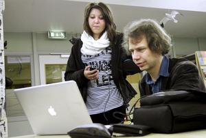 Samarbete. Musik kan skapas på många vis. Lovisa Canneryd har spelat in plingandet vid en järnvägsövergång som David Lennartsson lägger in i sin dator. BILD: BIRGITTA SKOGLUND