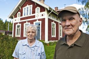 Makarna Gullvei och Bernt Andersson har fått ett hopp om att kunna bo kvar i det gamla stationshuset i Ornäs sedan miljö- och byggnadsnämndens arbetsutskott konstaterat att huset bör bevaras. Foto:Claes Söderberg