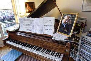 Inget är ändrat i Tomas Tranströmer arbetsrum. Noterna på pianot var de sista som Tranströmer spelade strax före sin bortgång våren 2015, hans glasögon ligger bredvid.