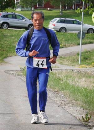 70-årige Yasuo Kanai från Japan hade fortfarande bra driv i steget när han passerade Brånan.