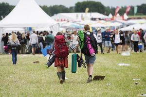 Tiotusentals festivalbesökare strömmade in till campingen under onsdagen.