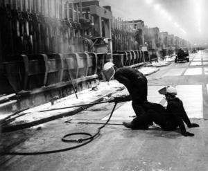 Svettig arbetare vid dåvarande SAKO 1971.